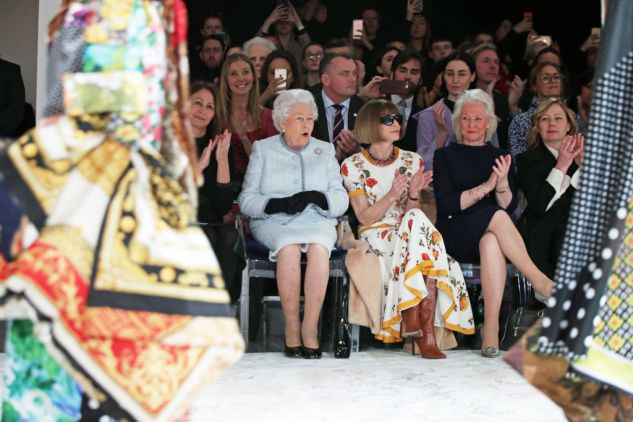 Britská královna poprvé navštívila londýnský fashion week