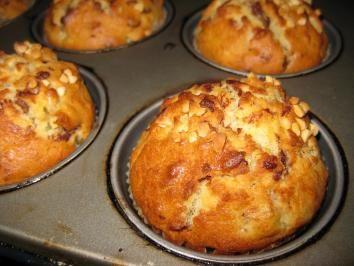 Das perfekte Bananen-Joghurt-Muffins-Rezept mit Bild und einfacher Schritt-für-Schritt-Anleitung: Butter zerlassen, etwas abkühlen lassen. Backofen auf…
