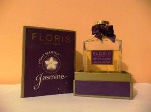 """Blogsale Floris Night Scented Jasmine : Cu greu m-am hotarat sa ma despart de unul din parfumurile mele. """"Nefericitul"""" este Floris Night Scented Jasmine de la casa de nisa Floris . Am tot ezitat pana acum pentru ca am incercat sa ma conving ca-mi place si ca la un moment dat o sa-l percep mai mult"""