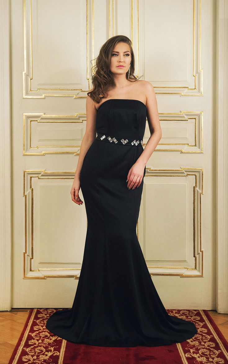 Long evening gown      Mermaid shape fitted to body     <span...