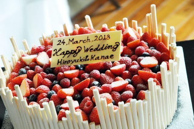 ザ・リッツ・カールトン沖縄|結婚式場写真「季節のフルーツをふんだんに使ったウエディングケーキをご用意いたします。夏であれば沖縄ならではのマンゴーやパインを使用した明るいケーキがお勧めです。」 【みんなのウェディング】