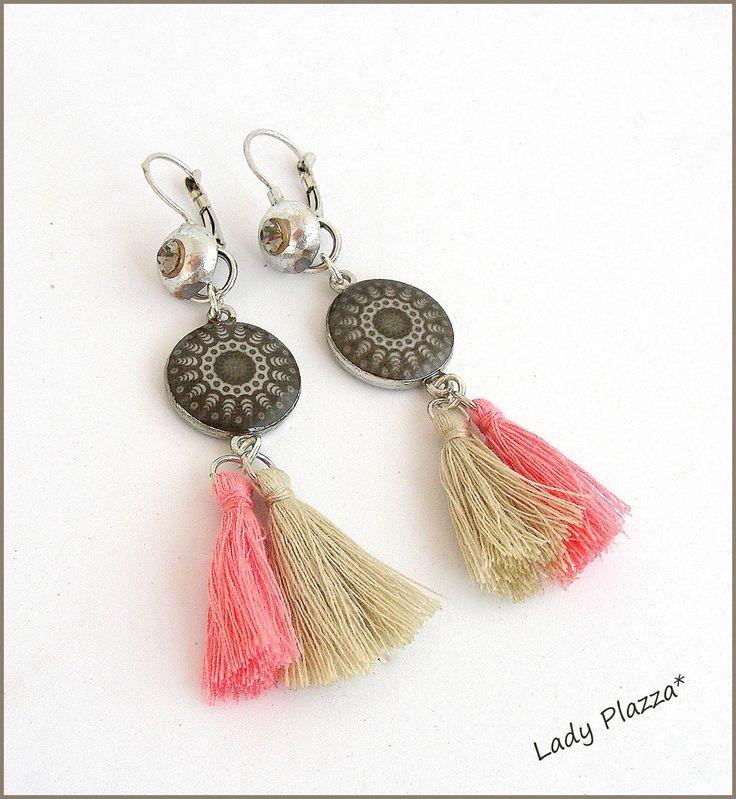 Boucles d'oreilles - Pompons rose et beige - cabochon 'Mandala'' Taupe - Tendance ! : Boucles d'oreille par ladyplazza