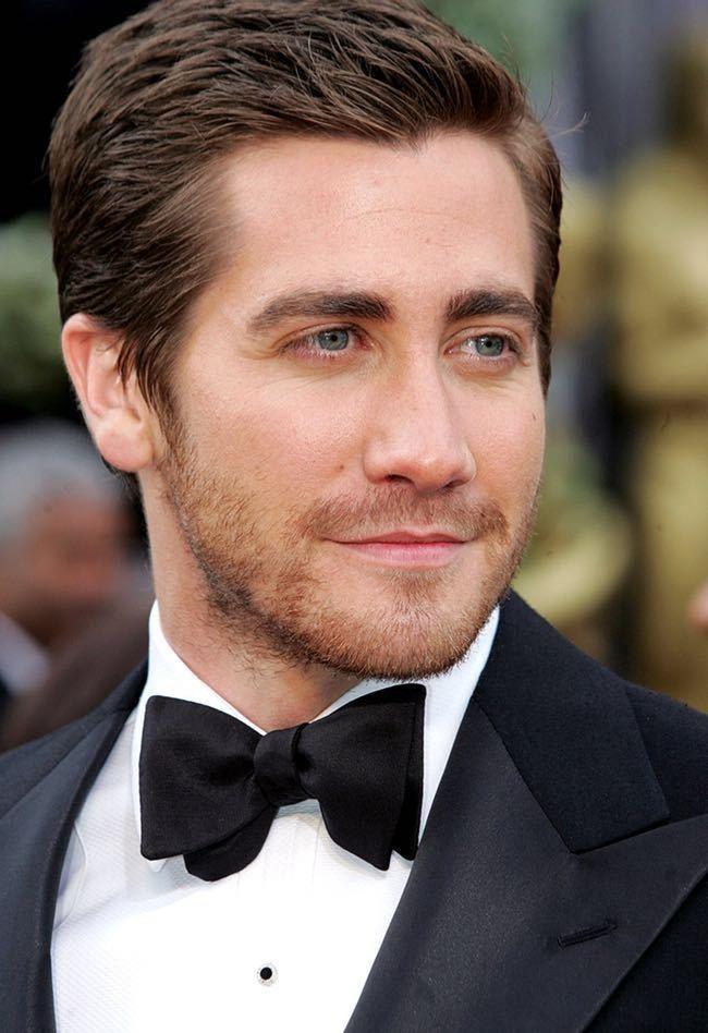 Jake Gyllenhaal - Es un actor y productor de cine estadounidense, famoso por sus películas, Donnie Darko, el Día Después de Mañana, El Secreto en la Montaña, etc. Es  hijo del director Stephen Gyllenhaal y de la guionista Naomi Foner, quien ha sido nominada al Óscar. Su hermana también es actriz Maggie Gyllenhaal.