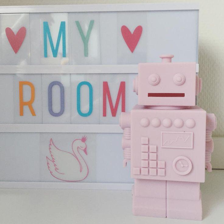 Rosa robotsparegris til 119 kr.  Vi har igen fået fyldt bymoulin.dk op med det skønne KG Design#bymoulin #robot #sparegris #kgdesign #lightbox #pastel #abcsymboler #alittlelovelycompany #myroom #børneværelse #kidsroom #barnrum #indretning