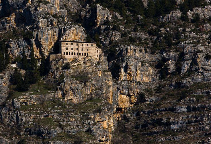Eremo di Celestino V, chiuso dal 2009, sul monte Morrone - Hans Kruse