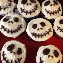 Auch ein Fan von Tim Burtons Nightmare before Christmas? Dann sind diese Halloween Muffins als Totenkopf perfekt! @ de.allrecipes.com
