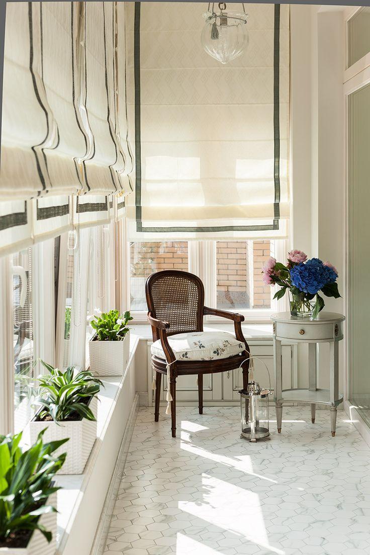 римские шторы, светильник подвес стекло, плитка октагон, подоконник камень, кресло с плетеной спинкой