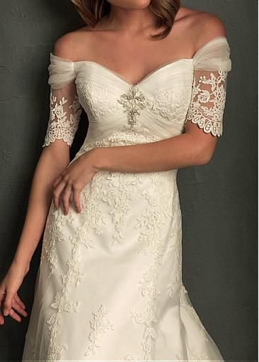 What a pretty wedding gown!!