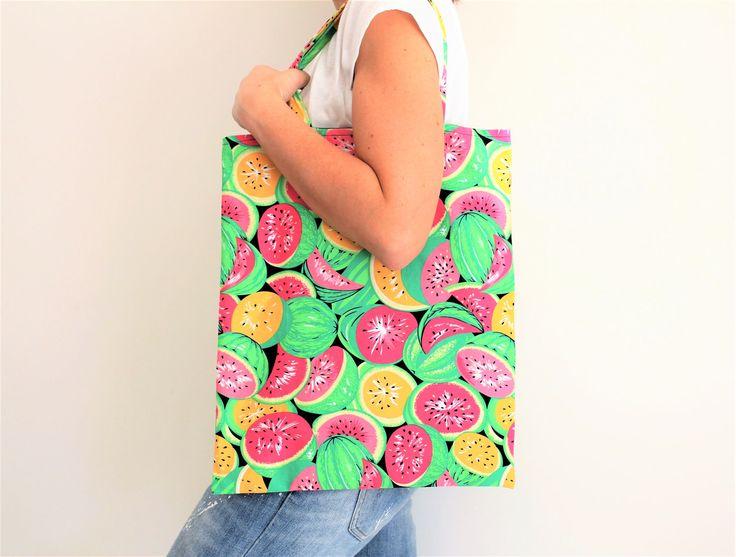 Tote bag, sac fourre tout, sac tissu pagne, sac wax, sac de plage, sac ethnique, motifs pastèques, motifs estivaux, tote bag exotique de la boutique Underthecocotiers sur Etsy