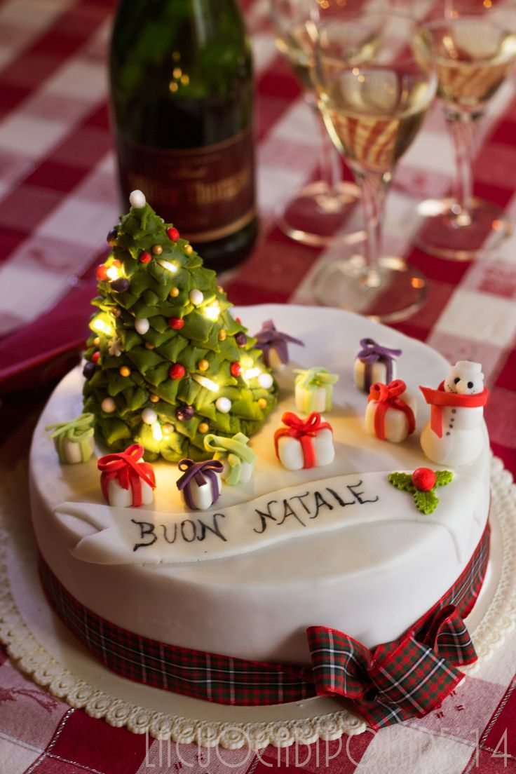 L'albero di Natale sulla nostra torta si illumina come quello vero! Tutti i vostri ospiti impazziranno, non soltanto i più piccoli :-)  Faity lights christmas cake!  #christmas cake #fairy lights  #christmas tree fondant #cake design