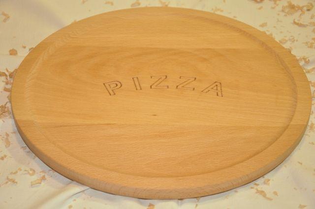 Plato de pizza en madera