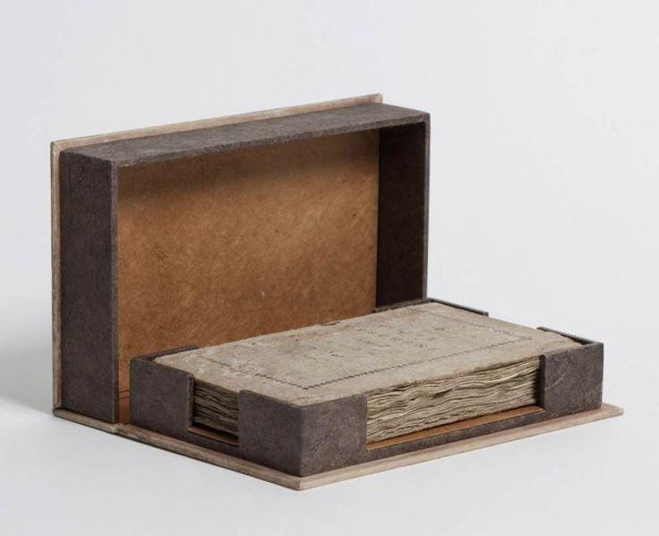 leuk voor een notitieblok of losse blaadjes, bakje iets minder breed zodat er een pen achter kan liggen. bakje van karton maken en op de binnenkant deksel van de sigaren kist / cigar box plakken en e.v.t een stuk karton er extra op leggen om op te kunnen schrijven.