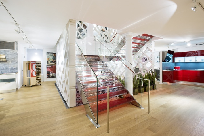 A custom-made Fontanot staircase connects the two floors of the flagship Scavolini store on West Broadway 429, Soho District, New York. The Fontanot staircase, designed by the American architectural studio Space Architects, blends two traditional quality materials: steel and glass. Each tread is made up of four 10 mm thick layers of toughened Madras glass joined to each other by a red film that creates a play of colour with an amazing visual effect.