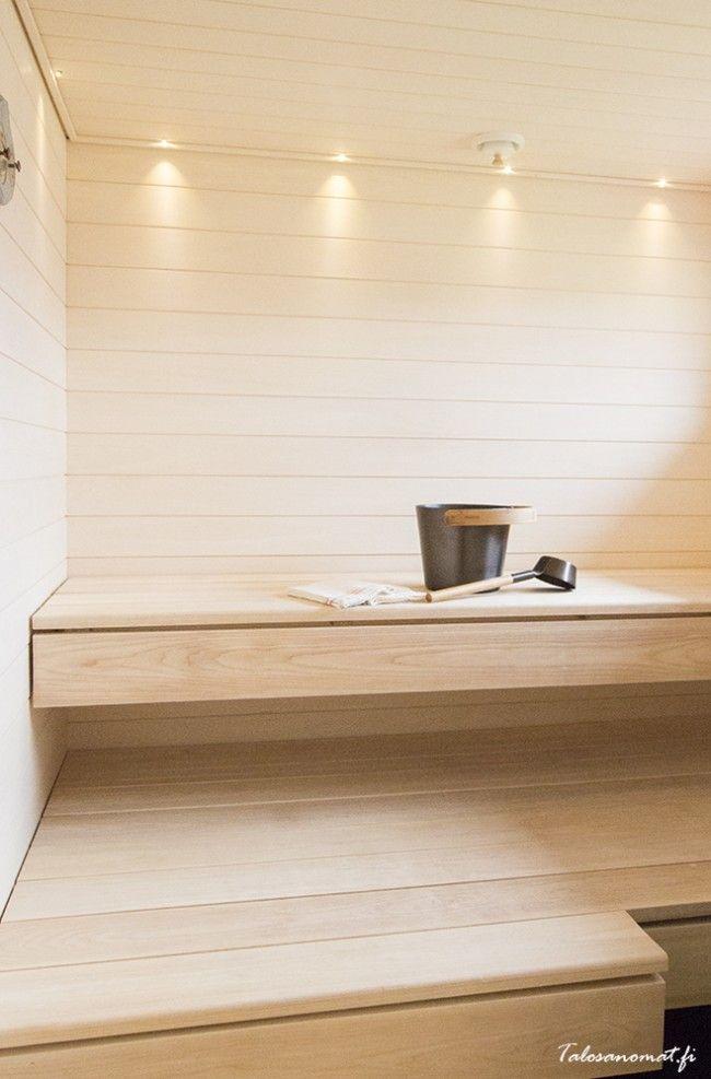 Saunan haapalauteet ovat oman metsän puista. Vaalea sauna on raikas ja valoisa. Paneelit Kallio-haapapaneli Kärävä Oy