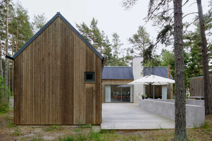 Träfasaden är byggd med en utvald furupanel som behandlats med järnvitriol. Panelen är 75 mm bred.