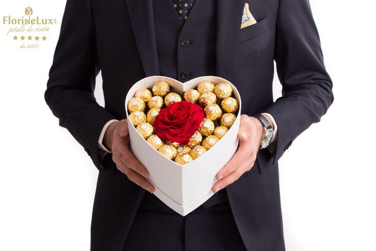 Cutie de lux cu 99 bomboane Ferrero Rocher si un trandafir criogenat XXL senzational de frumos! Un cadou PERRRFECT pentru Ziua Indragostitilor. Acum la -15% discount, go get it! ❤ https://www.floridelux.ro/inima-dulce-ferrero-rocher-si-trandafir-criogenat.html