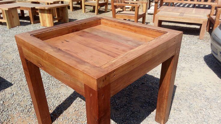 Mesa 80x80 cms...tipo exhibidor con caja de 8 cms. Fabricación y diseño de muebles y mesas de Roble.