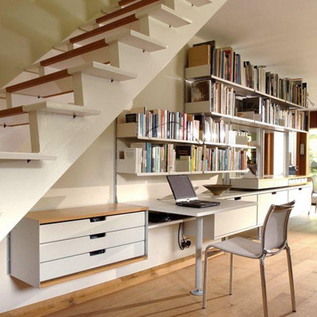 Bureau sous un escalier