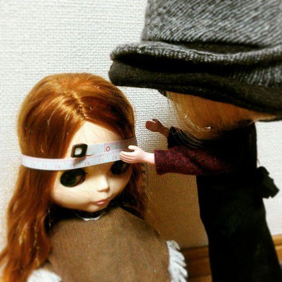 ブラコちゃんがかぶる帽子を作るので頭のサイズを測っています。 #blythe #blythehat