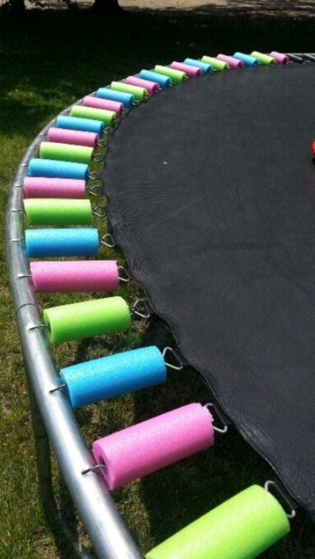 Protéger les ressorts du trampoline avec des frites de piscine...
