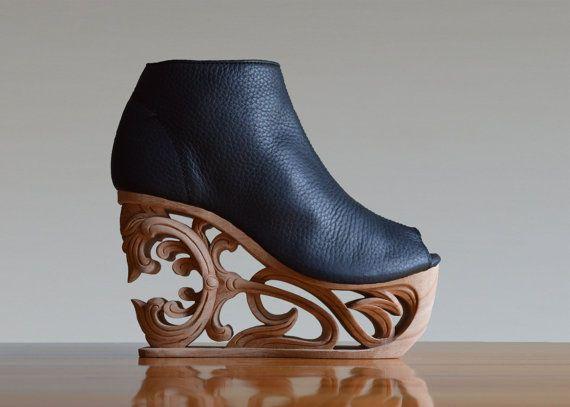 Hommage à la période coloniale de lIndochine. Inspiré par la fusion Français historique design architecture et art déco qui fait écho tout au long des temps modernes au Vietnam. Cuir de qualité dans lensemble, y compris les semelles en caoutchouc pour la traction incroyable, bordées de peau de porc & un épiderme de semi-gloss ultra en cuir lisse. Ces élégantes chaussures ont été conçues pour le confort.  Il faut 18 jours pour chaque paire de chaussures pour être façonné. Il y a plusieurs…