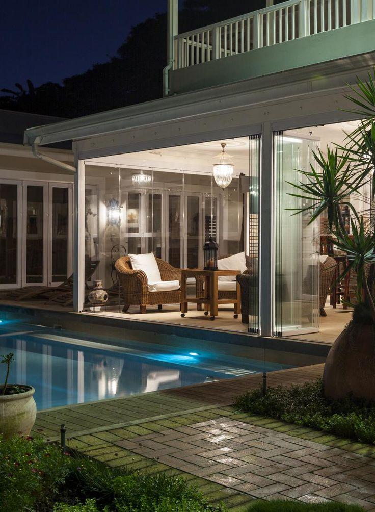 Posezení v létě na terase u bazénu. Nezní to ideálně? (Terasa, Profiltechnik, bazén, noc, večer, posezení, venku, konstrukce, osvětlení, noční, zastřešení)