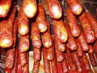 CHORIZOS CASEROS DE CARNE:  Ingredientes por kilogramo de carne. 35 gramos de pimentón dulce e 5 de picante. ¡Probar picante antes por si pi...