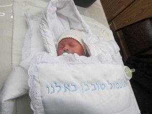 Your Son's Bris – at Home or in the Synagogue? - Brit Milah Planning Advice on mazelmoments.com
