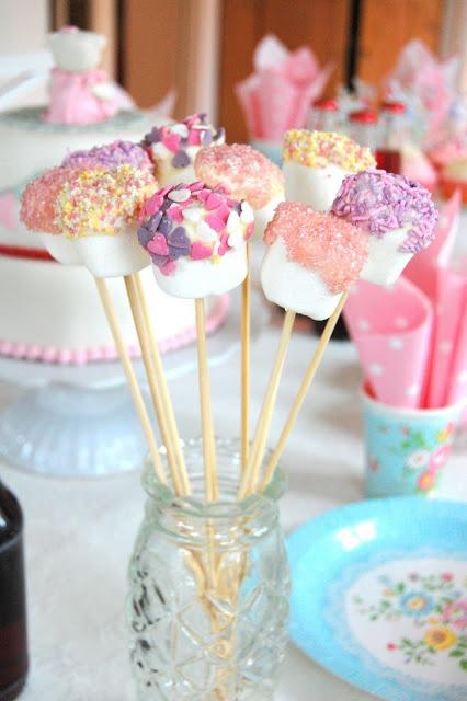 Marshmellow på pinne med hvit sjokolade og strø.