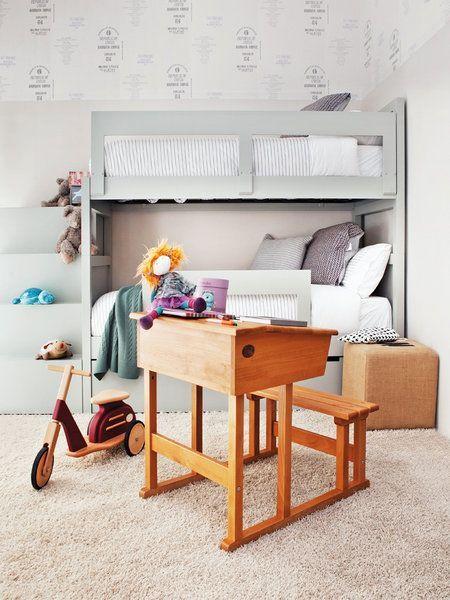 Habitacion para dos niños. Cama cucheta con escalera lateral.