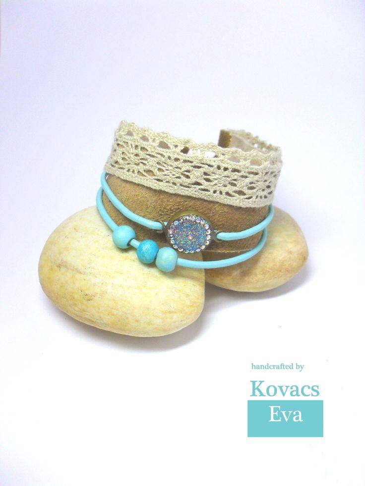 Bőr karkötő csipkével és türkiz fa golyókkal.  Leather bracelet with lace and turquoise wooden balls.