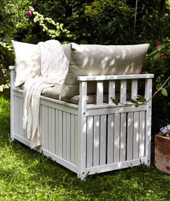 Weiße ÄNGSÖ Banktruhe aus Holz im Garten mit Kissen in Beige und Grau