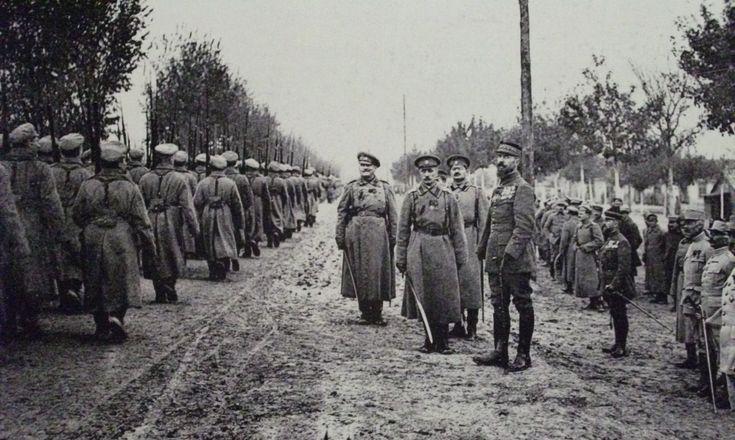 Les troupes russes défilent devant le général Henri Gouraud et le général Nikolaï Lokhvitski au camp de Mailly en octobre 1916.