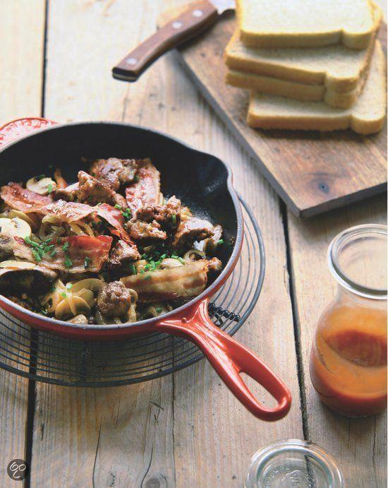 Kippenlevertjes met spek, uit, ketchup en witbrood uit Aan de keukentafel, Sandra Ysbrandy. (Kijk in het inkijkexemplaar voor de recepten!)