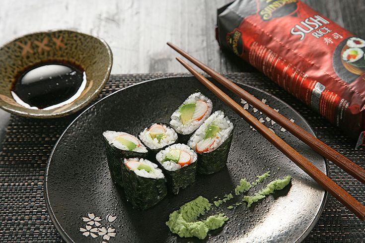Cómo hacer maki de aguacate y cangrejo en casa El sushi es el plato más típico de la cocina japonesa, y el maki uno de los tipos de sushi más populares. Maki significa rollo y para prepararlo sólo tienes que extender una capa de arroz [...]