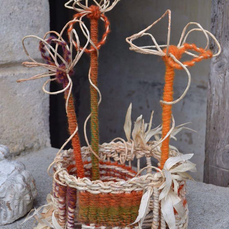 """#artigianatoartistico #intreccio #handmade #alessandraindovina #scus  .""""Scus"""" centrotavola realizzato intrecciando le brattee del mais ( Scus in friulano) con fili di lana."""