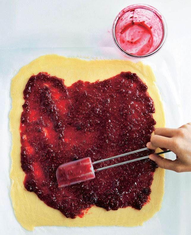 Hindbærsnitter - her får du opskriften på verdens bedste hindbærsnitter, der er bagt med kokos i mørdejen. Mums!