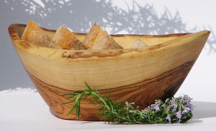 Brotkorb RUSTICO klein. Handgearbeitet aus einem Olivenholzstamm, mit natürlich gewachsenem Rand. Mit kaltgepresstem Bio-Leinöl eingelassen. Größe ca. 16 - 18 cm