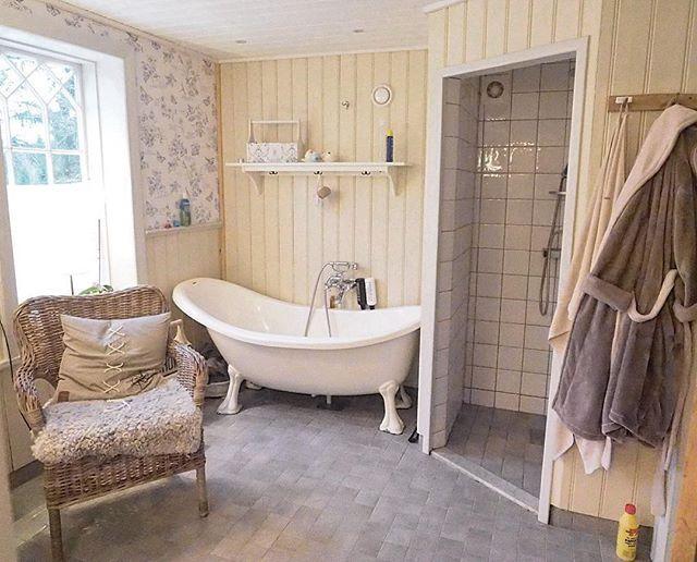 Här är en del av vårt badrum på övervåningen. Här får alla plats☺️ Det brukar diskuteras både det ena och andra här, läänge💕 Badrummet gjorde jag så att jag fuktspärrade allt med folie och sedan limmade jag reglarna för pärlsponten direkt mot folien. Sedan målades det med linoljefärg. Egen färgblandning😊 🇺🇸Our bathroom. Design: #magnus_lanner #badrum #inredning #inredningsdesign #interiordesign #bathroom #gamlahus #nytthus #oldhouse #newhouse