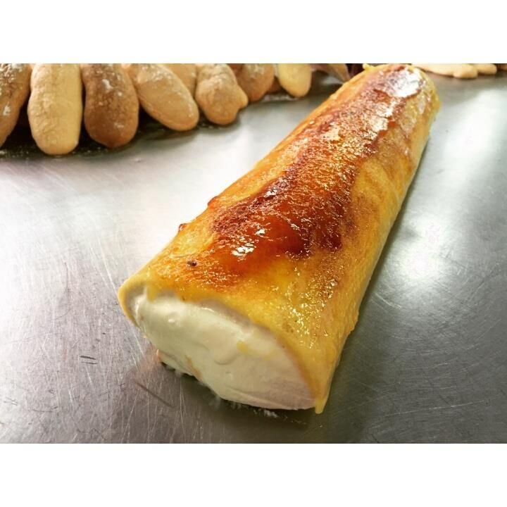 Brazo de gitano relleno con nata y untado de yema-clara.