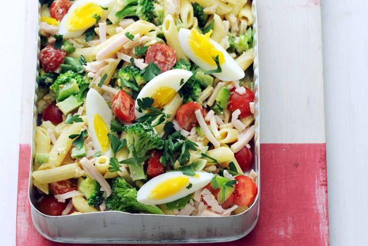 Een handige en superlekkere pastasalade met ei en kip. Voor als je extra veel honger hebt is deze salade perfect, want hij is in een kwartier klaar!