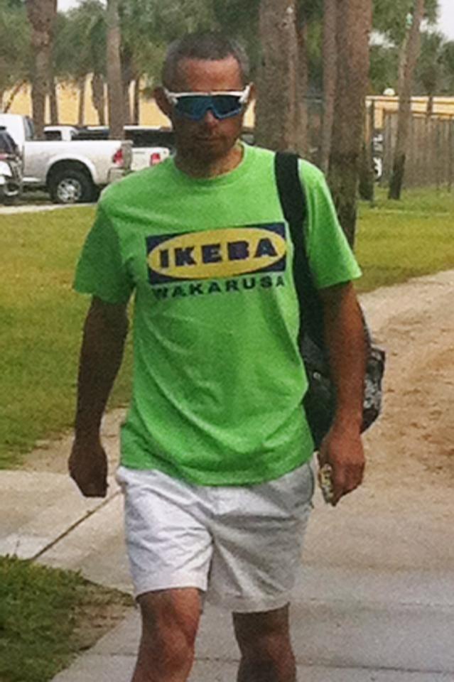 猪木氏の名言の入った「IKEA」もじりTシャツで球場入りしたイチロー=ジュピター(撮影・小林信行)