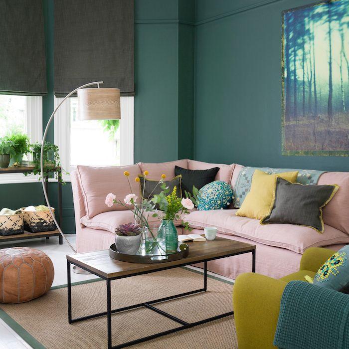 wohnzimmer ideen für kleine räume, grüne wände, rosa sofa, bunte ...