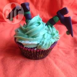 Bij Halloween horen natuurlijk ook heksen. Ik heb deze cupcakes met mijn dochter gemaakt. De heksenbenen en schoenen hebben we van gekleurd fondant gemaakt, maar je kunt ook gekleurd marsepein gebruiken.