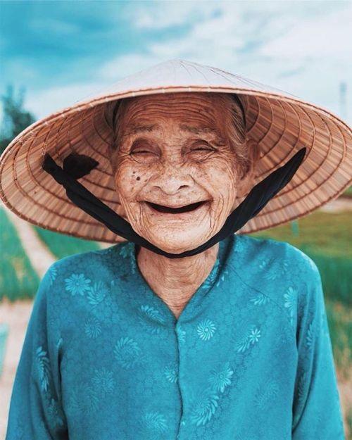 Detrás de cada rostro se esconden millones de #historias. @ianharper_ consiguió reflejar las añoranzas de esta entrañable vietnamita retratando su sonrisa. Cámara Canon EOS 5D Mark II y objetivo Canon EF 35 mm f/14L II USM #liveforthestory #portrait #Vietnam via Canon on Instagram - #photographer #photography #photo #instapic #instagram #photofreak #photolover #nikon #canon #leica #hasselblad #polaroid #shutterbug #camera #dslr #visualarts #inspiration #artistic #creative #creativity