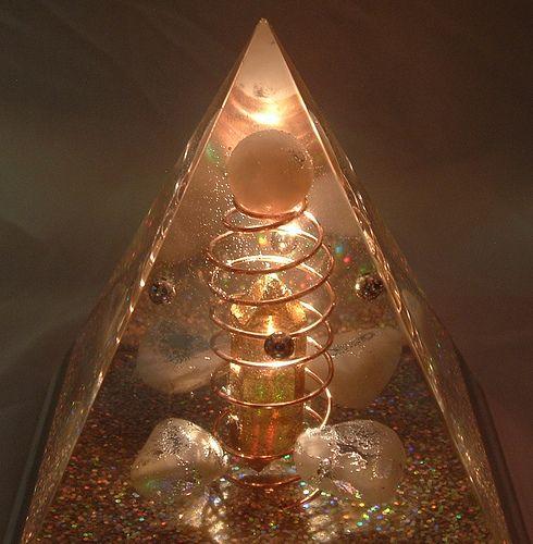 """O que é a Orgonite? O termo """"orgonite"""" foi primeiro usado por Karl Welz para designar a sua mistura de metal-resina-quartzo em meados da década de 90. A tecnologia de Welz é diferente a…"""