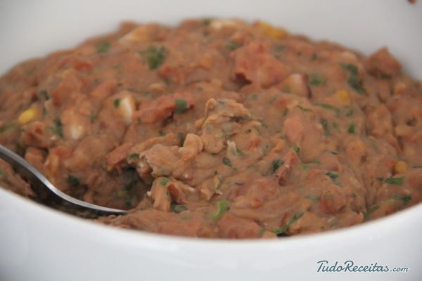 Aprenda a preparar tutu de feijão simples com o TudoReceitas, clique na imagem!