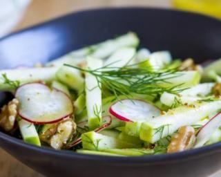 Salade de radis, pommes et noix