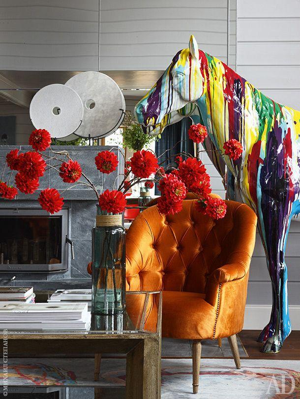 """Он здесь совсем не для эпатажа, а для того, чтобы завязать вместе все цвета интерьера"""",– рассказывают дизайнеры Валерия Исакова и Анна Плотникова о появлении в центре гостиной покрытого подтеками краски коня."""