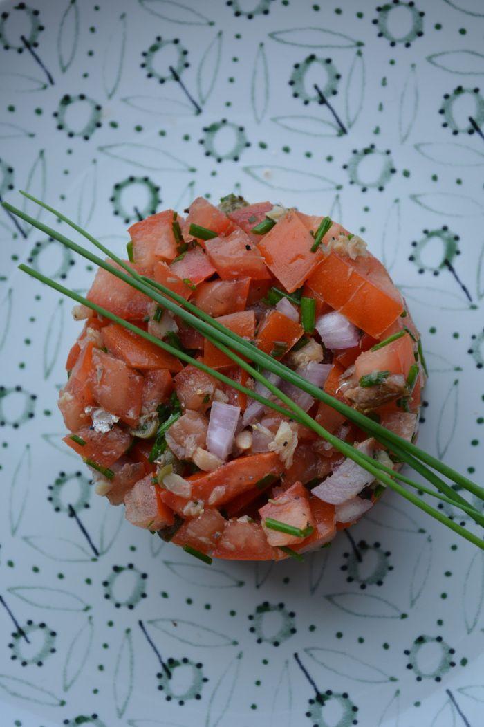 Tartaar van tomaat en sprot - 3 SmartPoints bij Weight Watchers. Te serveren als voorgerecht, lichte lunch met een slaatje of als bijgerecht.